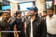 Allu-Arjun-watching-Syeraa-@AMB-along-with-his-family-4