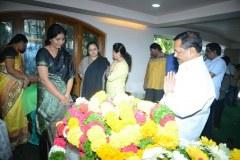 Chiranjeevi-pay-homage-to-Srikanths-father-Parameswararao-16