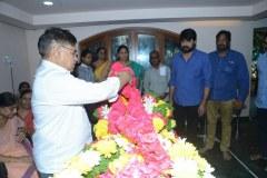 Chiranjeevi-pay-homage-to-Srikanths-father-Parameswararao-19
