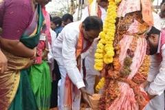 CM-KCR-went-to-Medaram-to-Visit-Sammakka-and-Saaralamma-15