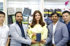 Kajal-Launches-Happi-Mobiles-Store-at-Vizag-16