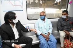 Pawan-Kalyan-travels-in-Metro-1