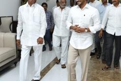 Telangana-CM-KCR-welcome-to-AP-CM-Jahan-@Pragathi-Bhavan-11