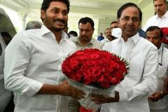 Telangana-CM-KCR-welcome-to-AP-CM-Jahan-@Pragathi-Bhavan-2