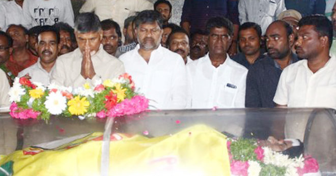 TDP National leader Chandrababu naidu pay last respect to Kodela