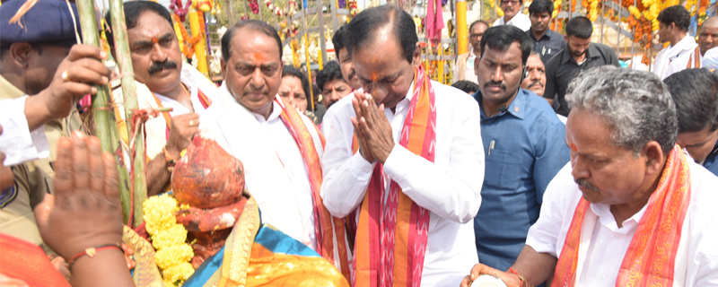 CM KCR went to Medaram to Visit Sammakka and Saaralamma.